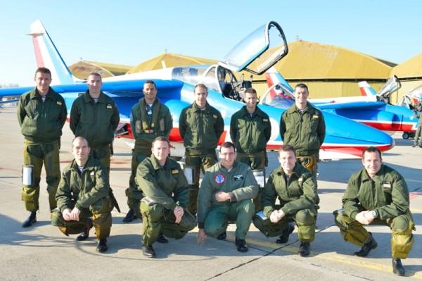 Pilotos da Esquadrilha da Fumaça junto com a equipe de aviadores da Patrouille de France