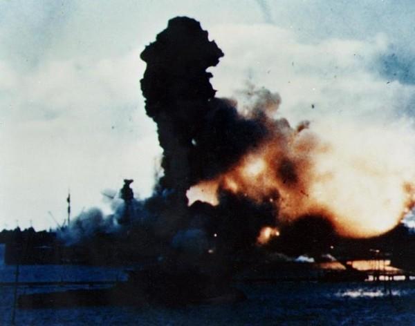 USS Arizona explode em Pearl Harbor em 8h10 : metade do número total de vítimas daquele dia estavam a bordo deste navio de guerra.