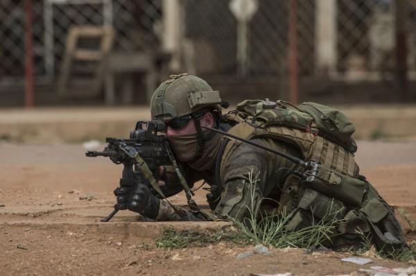 Soldado francês durante operação de desarmamento em BanguiFRED DUFOUR/AFP