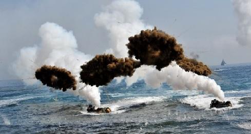 Veículos anfíbios da Marinha da Coreia do Sul chegam a praia em meio a simulações de artilharia, durante exercício militar em conjunto com os EUA, em Pohang, sul do país. A Coreia do Norte alega que os exercício, batizado de Foal Eagle, é um ensaio de invasão e respondeu com exercícios próximos da fronteira