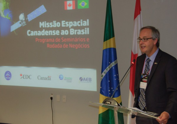 O diretor geral de utilização do espaço da Canadian Space Agency (CSA), Sr. Luc Brûlé, apresentou um resumo das atividades atuais da CSA