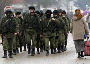 Homem uniformizado, que se acredita ser um soldado russo, é visto próximo a uma base militar ucraniana fora da cidade de Sebastopol.