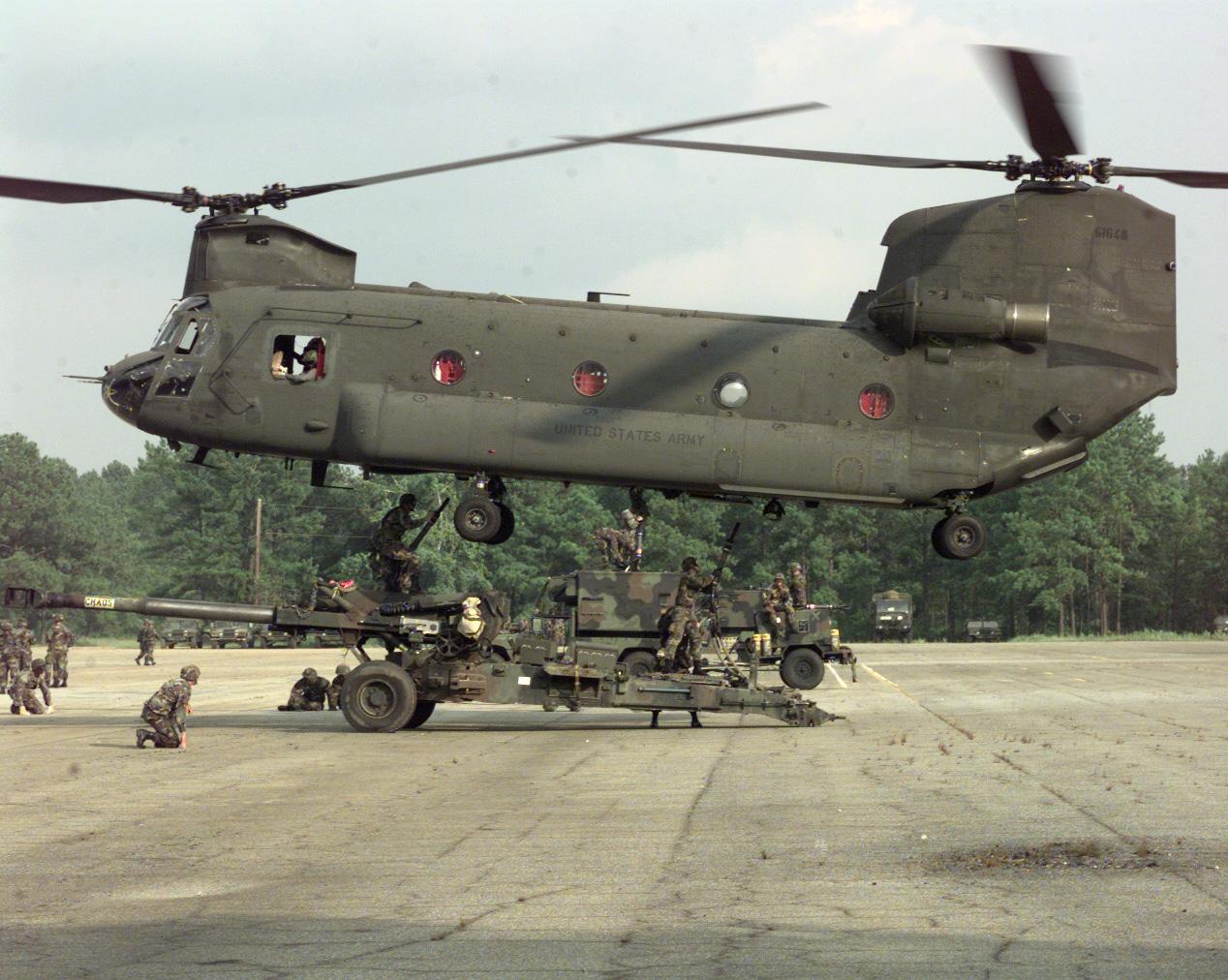 Uma das tarefas de apoio que os CH-47 Chinook executam com muita agilidade é o transporte enganchado (externo) de grandes peças de artilharia como este M198 howitzer do Exército dos Estados Unidos (Foto:US Army)
