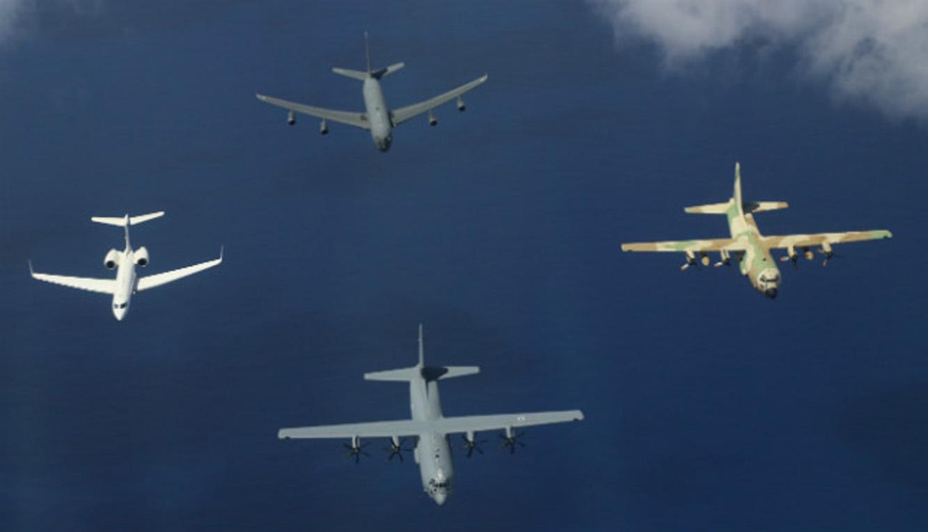 A chegada do primeiro C-130J entregue para Israel foi acompanhada por aeronaves Boeing KC-135, C-130H e Gulfstream G550, este ultimo equipado com sistemas para missões especiais (Foto: Lockheed Martin)
