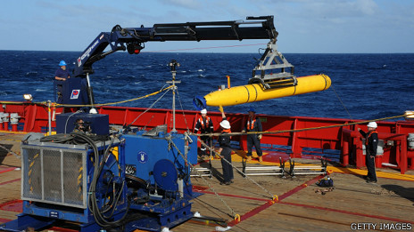 Equipes esperam mais sinais para lançar micro-submarino em operações de resgate