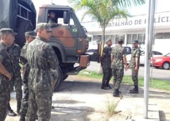 Os homens do Exército no batalhão da PM da Maré Foto: Márcia Foletto