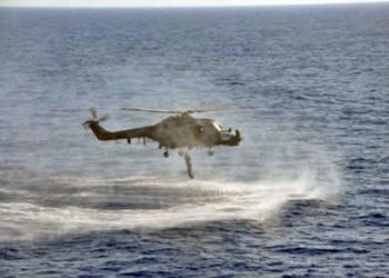 Mergulhador de Combate é lançado a partir da aeronave nas águas do Mediterrâneo