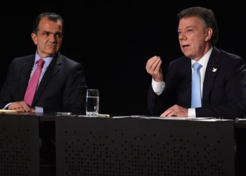 O presidente colombiano, Juan Manuel Santos (dir.), e seu principal adversário nas eleições, Óscar Iván Zuluaga, em debate realizado na quinta-feira (22) (Foto: Eitan Abramovich/AFP)