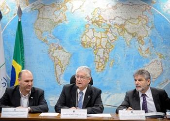 Senador Roberto Requião, entre o deputado Guillermo Carmona (E) e o embaixador Daniel Filmus (D) - Foto: Marcos Oviveira
