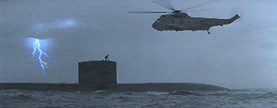 Cena do filme quando Jack Ryan é baixado de um Sea King até o USS Dallas