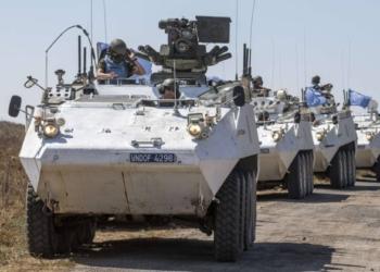 Membros da Força das Nações Unidas aguardam em seus veículos blindados nas Colinas de Golã enquanto eles esperam para cruzar para a Síria - JACK GUEZ / AFP