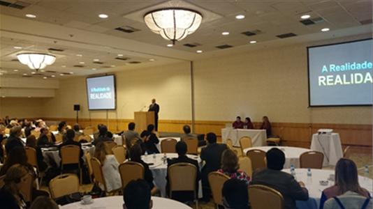 Bill Amelio (ao fundo), presidente e CEO da CHC, fala aos participantes durante o 2014 CHC Brazil Safety & Quality Summit
