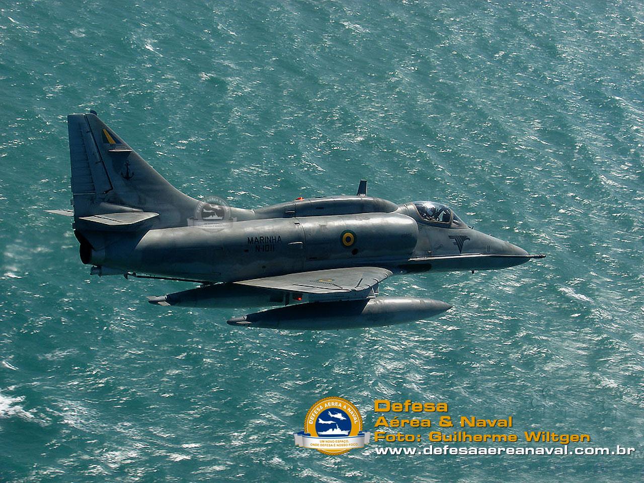 AF-1 N-1011 (Falcão 11) sobrevoando Búzios antes da modernização.