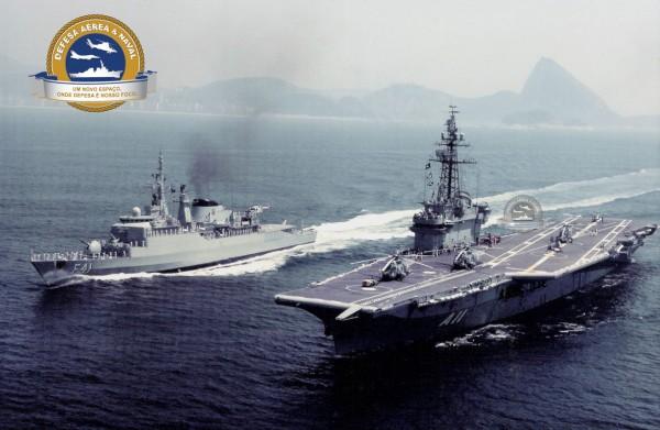 NAel Minas Gerais (A 11) e a Fragata Defensora (F 41) ao largo do Rio de Janeiro.