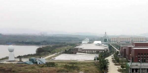 Os dois SIFs (centro) estão localizados no Ship Design e Research Center (701 Institute) do CSIC, na Universidade de Wuhan da Ciência e Tecnologia (direita). Notar o mastro integrado no lado esquerdo.