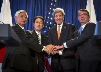 (esquerda/direita) Ministro da Defesa japonês, Gen Nakatani, chanceler japonês, Fumio Kishida, secretário de Estado norte-americano, John Kerry, e secretário de Defesa norte-americano, Ash Carter, durante entrevista coletiva em Nova York, nos Estados Unidos, nesta segunda-feira. 27/04/2015 REUTERS/Andrew Kelly
