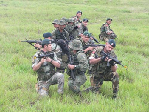 Militares brasileiros e argentinos durante exercício