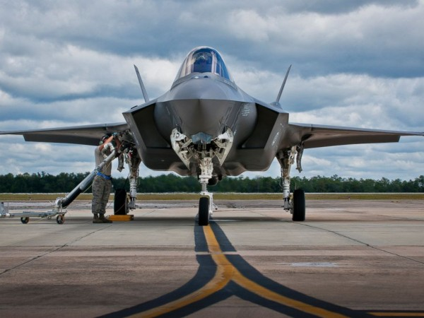 f35_joint_strike_fighter_sky_jc_150312_4x3_992