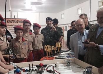 Jaques Wagner conheceu projetos da área de robótica conduzidos por alunos do Colégio Militar de Santa Maria