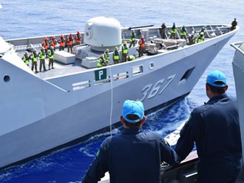 """A Fragata """"UNIÃO"""" realizando exercício de """"Light Line"""" com a Corveta da Indonésia"""