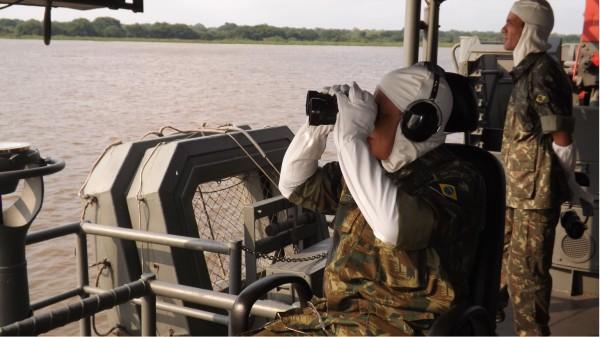 Comandante do 6º Distrito Naval observando o alvo no Morro da Marinha