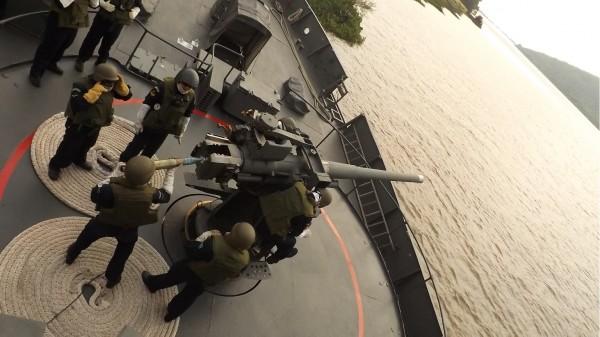 Iniciando carregamento para disparo pelo grupo que guarnece o reparo em Postos de Combate