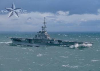 """Le porte-avions """"Foch"""" quittant Brest sous pavillon Brésilien,dans une tempête en mer d'Iroise."""