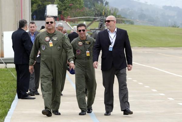 Eduardo Marson com General Braga e General Furlan no voo inaugural do helicóptero Pantera K2 realizado no dia 13 outubro 2015 na Fábrica da Helibrás em Itajubá-MG. Fotografia de Renato Olivas