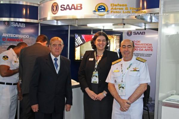 A Sra. Mariana Silva, diretora geral da Saab e o Sr. Pieter Verbeek diretor de negócios, recebem a visita do VA Viveiros no estande da empresa