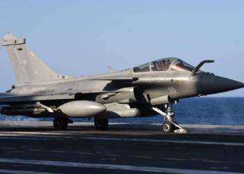 Caça francês carregado de bombas decola do porta-aviões Charles-de-Gaulle - ANNE-CHRISTINE POUJOULAT / AFP