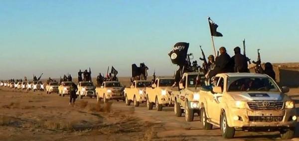 """Coluna de SUV Toyota Hilux, """"capturados"""" pelo """"Estado islâmico"""" em desfile, agosto de 2014"""