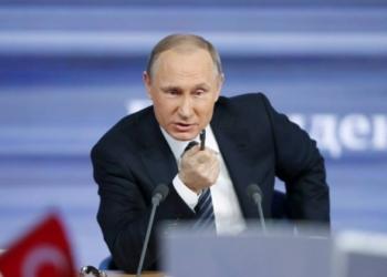 O presidente russo, Vladimir Putin, responde a perguntas de jornalistas em Moscou: 'derrubada de avião pela Turquia foi ato de inimizade' - MAXIM ZMEYEV / REUTERS