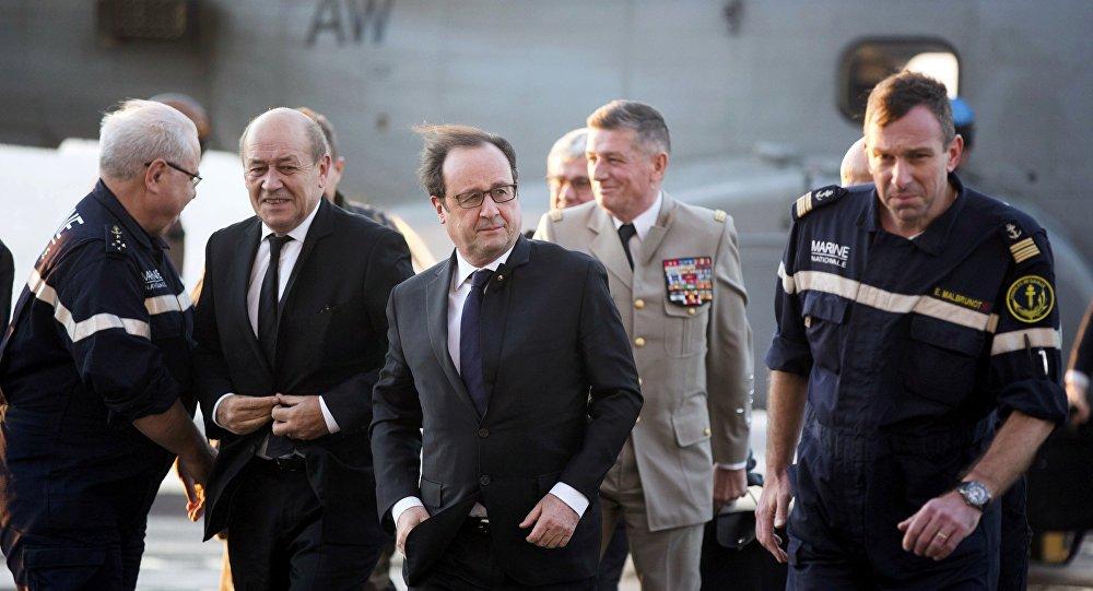 Presidente françois Hollande no porta aviões Charles de Gaulle