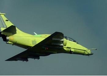Caça AF-1C N-1022, protótipo biposto, em voo realizado nas instalações da Embraer, em Gavião Peixoto-SP