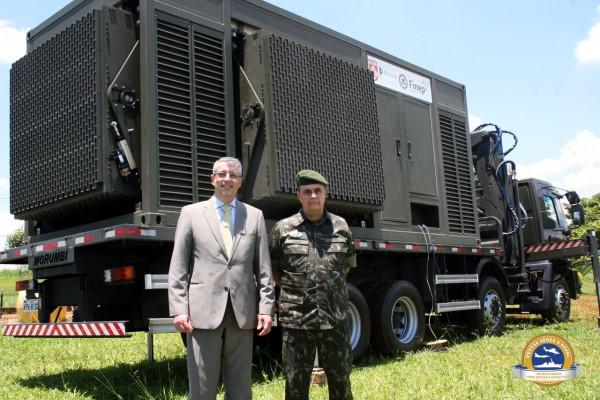 chefe do CTEx, General de Brigada Hildo Vieira Prado Filho, e do presidente da Bradar, Astor Vasques