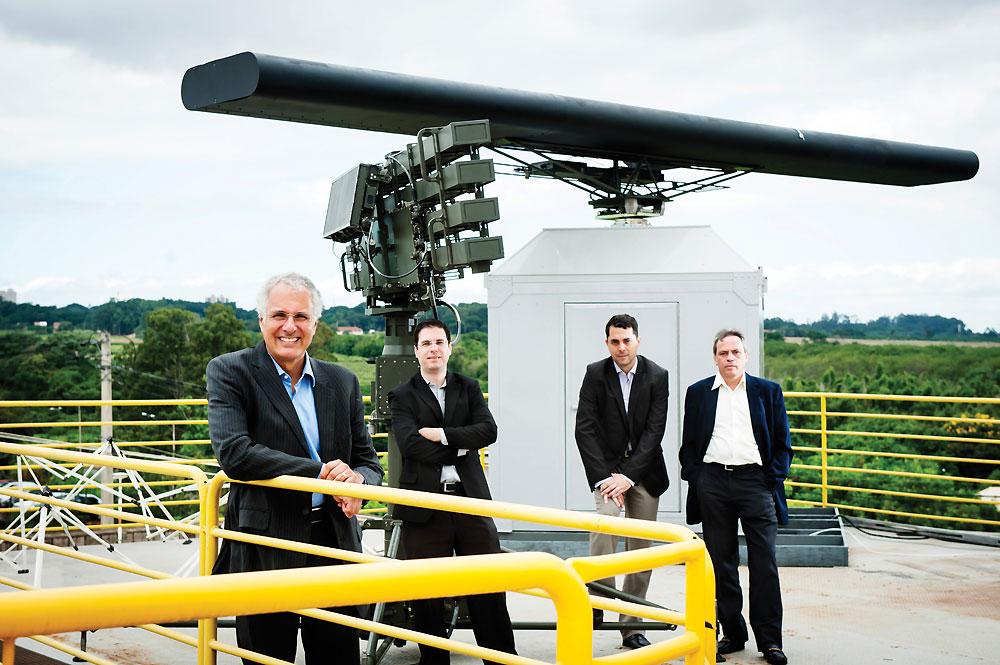 João Moreira Neto, diretor técnico da Bradar, ao lado dos gerentes de projeto Eduardo Ribeiro e Eurico Vaz e do engenheiro José Capellardo