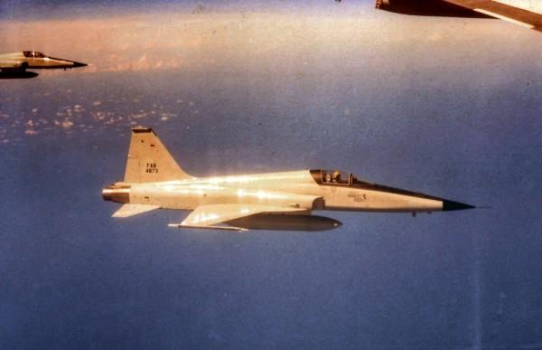 O F-5E FAB 4873 clicado em voo rumo a Roosevelt Roads, base da US Navy em Porto Rico.