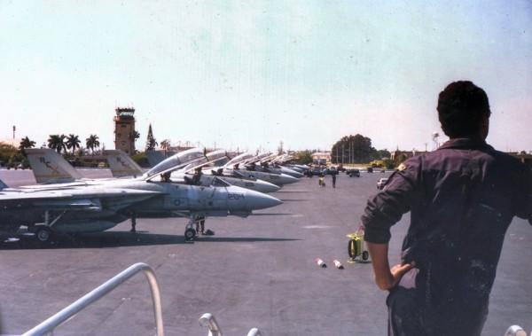 21/04/1989 – O KC-137 FAB 2404 chega a Homestead AB, na Flórida. Observar a linha de voo de caças Grumman F-14 Tomcat no pátio.