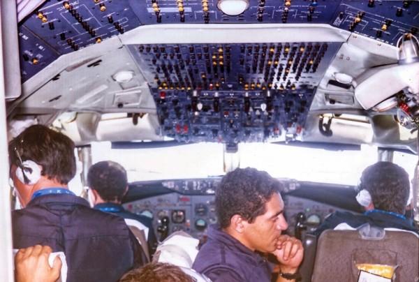 A tripulação do KC-137 FAB 2404 fotografada durante uma das pernas de retorno. O 707 levava, além dos dois pilotos, um engenheiro de voo e um navegador/operador de comunicações, sendo o Corsário responsável por guiar os caças em rota.