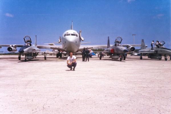 O sargento especialista Frank Magalhães fotografado com o KC-137 FAB 2404 e os F-5E 4858, 4861 e 4873 em Nassau, nas Bahamas.