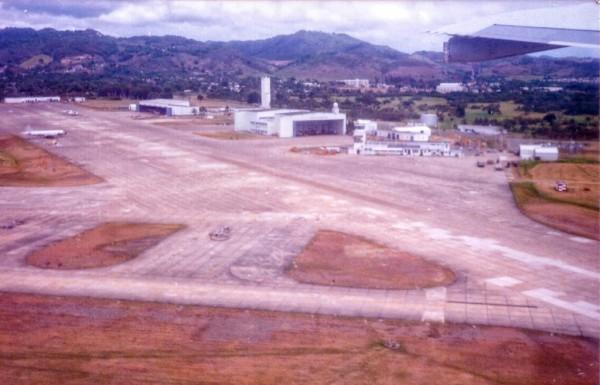 Vista da NAS Roosevelt Roads, base da US Navy em Porto Rico, tomada do FAB 2404.