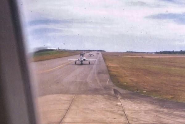 Os quatro caças F-5E seguem o KC-137 até a cabeceira para decolarem de Porto Rico rumo a Ilha Margarita, na Venezuela