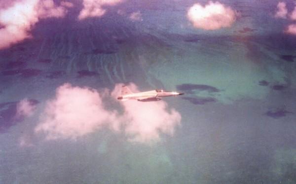 O jato F-5E FAB 4858 sobrevoando o Caribe rumo as Bahamas, durante o traslado.