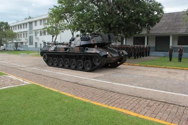 A última viatura entregue do programa desfila no pátio do Pq R Mnt/3 (Imagem: Exército Brasileiro)