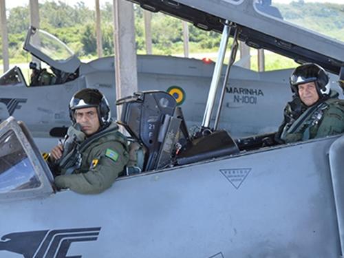 Chefe do Estado-Maior da Aeronáutica, Tenente-Brigadeiro do Ar Paes de Barros, e o  CF (FN) Rogerdson a bordo da aeronave AF-1A
