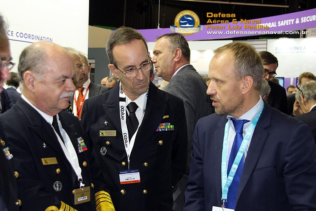 AEe Gusmão (DGMM) com o VA José Renato (DSAM) recebendo informações sobre o novo radar NS 200 da Thales.