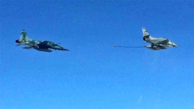 Aeronave F5-M se aproxima de Caça AF-1