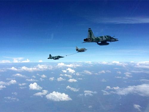 Caça da Marinha reabastece aeronave da Força Aérea