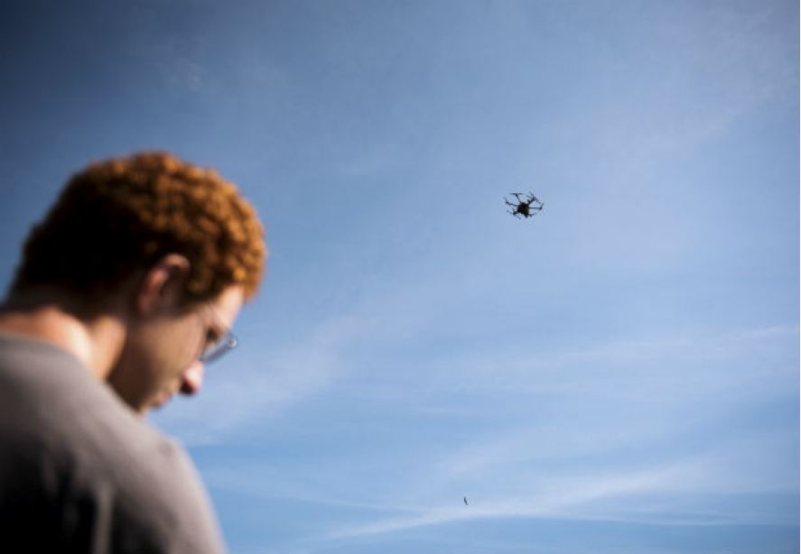 O engenheiro Jacob Regenstein faz teste com drone autônomo em Massachusetts