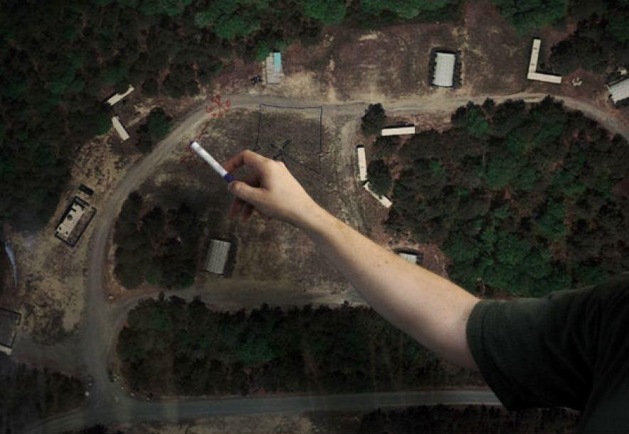 Joe Kehoe faz traços sobre foto e satélite antes de teste com drone autônomo em Massachusetts Foto Hilary Swift
